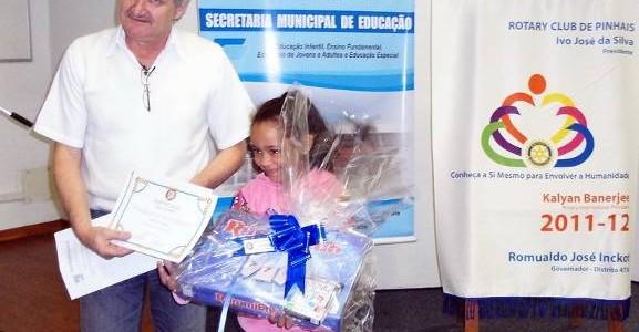 Companheiro Rudinei José Biguelini, presidente da comissão de projetos humanitários e Júlia Cardoso, vencedora do Concurso na categoria Frase