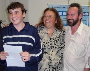 Thiago Borguesan, vencedor do concurso na categoria Texto de Opinião, e seus pais.