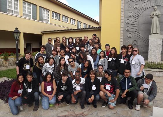 Organizadores e alunos do Projeto Vencer, desenvolvido pelo Rotary Club de Pinhais