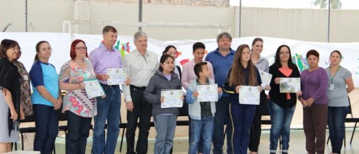 Prefeito Luizão, rotarianos de Pinhais, professores e alunos vencedores do concurso