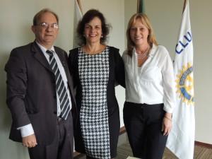 Kelson José Rizzato, associado padrinho, Cristianne Mazalotti Dangui, nova associada, e Isaura Telli da Silva, presidente do Rotary Club de Pinhais