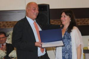 Após tomar posse como presidente do Rotary, Mauro Márcio G. Borges foi homenageada por sua eleição com a comenda Paul Harris,